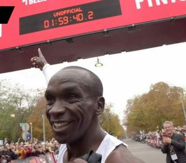 Кениец Элиуд Кипчоге (34 года) первым в истории пробежал марафон за 1.59,40