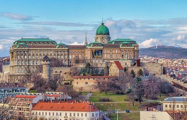 Королевский дворец и здание Парламента