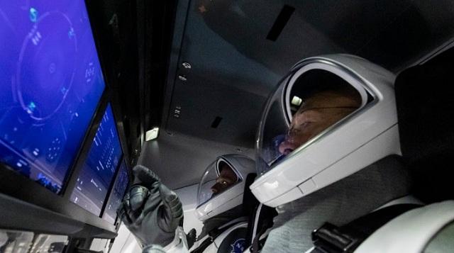 Американская компания SpaceX отправляет Crew Dragon с космонавтами к МКС