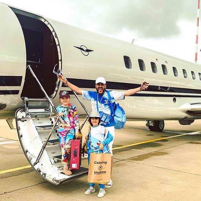 Филипп Киркоров с детьми летит в Грецию