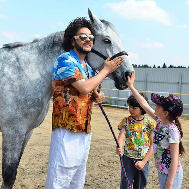 Филипп Киркоров Алла-Виктория и Мартин около коня Клода