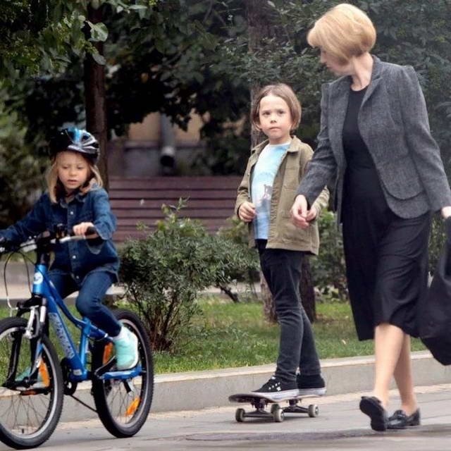 Платон (сын Жанны Фриске) на прогулке с сестрой и воспитательницей