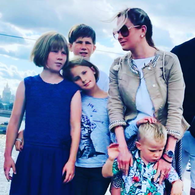 Евгения Шохина с детьми Александр, Маша, Вера и Володя