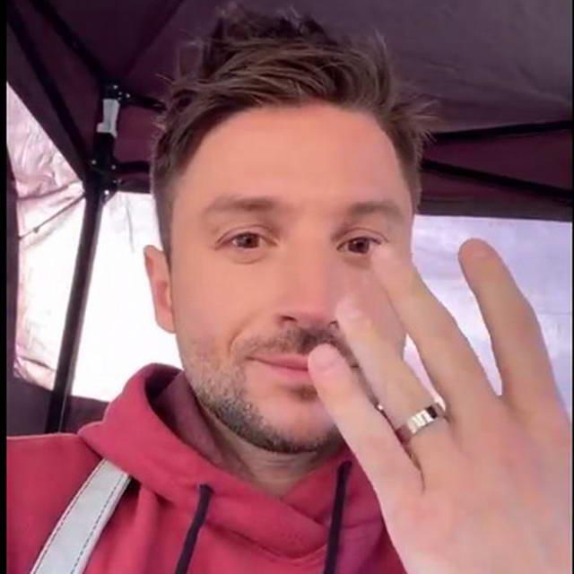 Сергей Лазарев показывает обручальное кольцо