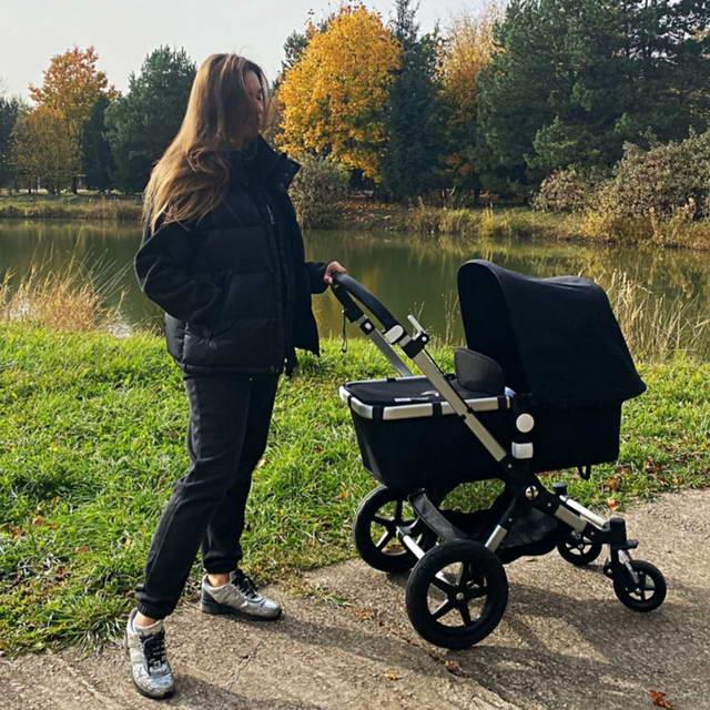 Мишель Серова на прогулке с дочкой Мией