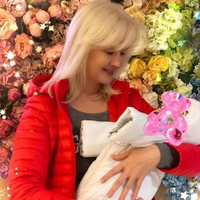 Елена Стебенёва мать Мишель Серовой с внучкой Мией