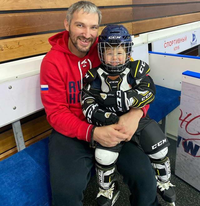 Александр Овечкин с сыном Сергеем юным хоккеистом