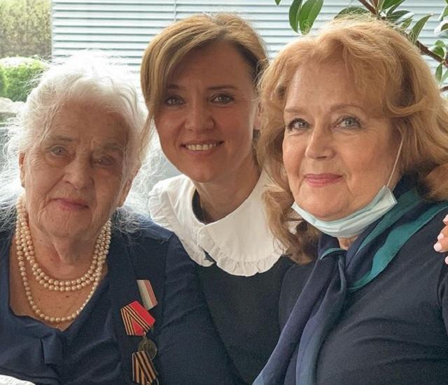 Ирина Алферова с мамой и дочерью